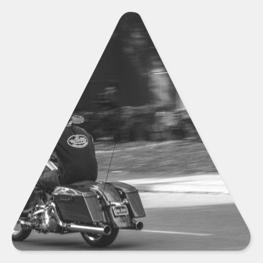 Motorista en el movimiento calcomania triangulo