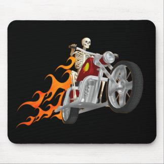 Motorista y llamas esqueléticos alfombrillas de ratón
