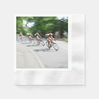 Motoristas que compiten con borrosos servilletas de papel