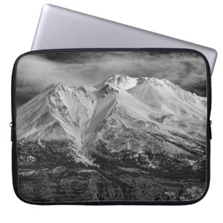 MOUNT SHASTA IN BLACK AND WHITE COMPUTER SLEEVE