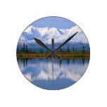 Mountians de Alaska Reloj Redondo Mediano