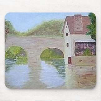 Mousepad con la pintura del puente sobre el agua