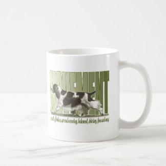 Movimiento del perro de aguas de saltador inglés taza de café