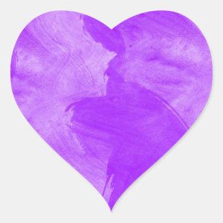 Movimientos púrpuras del cepillo de la acuarela pegatina en forma de corazón