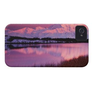 Mt Denali en la puesta del sol de la charca de la