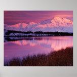 Mt. Denali en la puesta del sol de la charca de la Impresiones