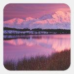 Mt. Denali en la puesta del sol de la charca de la Calcomanías Cuadradass
