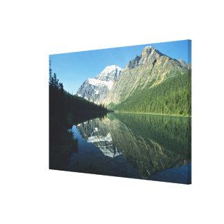 Mt Edith Cavell en el lago Cavell, nacional del ja Impresión En Lona