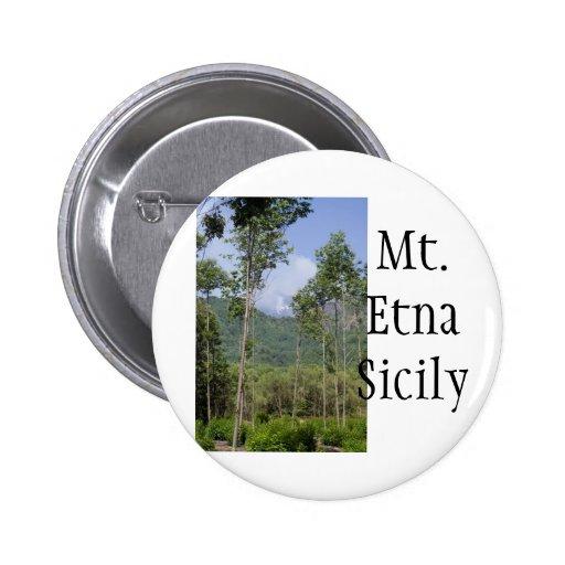 Mt que fuma el Etna a través de los árboles Pin