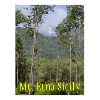 Mt que fuma el Etna a través de los árboles Tarjeta Postal
