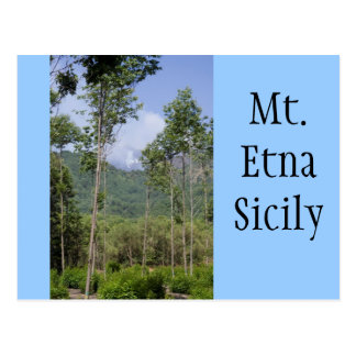 Mt que fuma el Etna a través de los árboles Postal