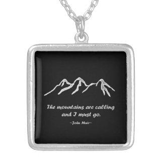 Mtns está llamando/ventisca Nevado en diseño negro Colgante Cuadrado