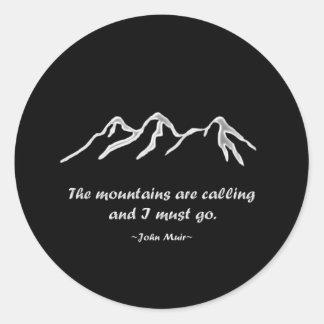 Mtns está llamando/ventisca Nevado en diseño negro Pegatina Redonda