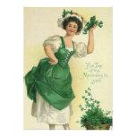Muchacha del día de St Patrick del vintage, trébol Invitacion Personalizada