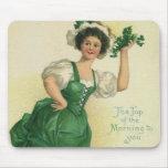 Muchacha del día de St Patrick del vintage, trébol Tapete De Raton