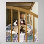 Muchacho (11-13) que miente en la cama, jugando co impresiones