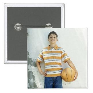 Muchacho (12-13) que se coloca delante de blanco pin cuadrado