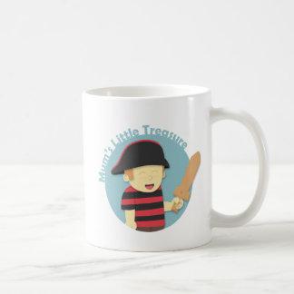 Muchacho adorable del pirata en rojo y top de las  taza