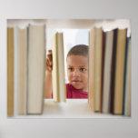 Muchacho afroamericano que selecciona el libro poster