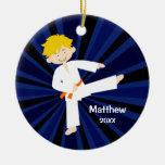 Muchacho anaranjado de la correa del karate del Ta Ornamento De Navidad