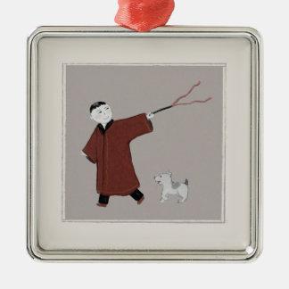 Muchacho asiático juguetón y su ornamento del perr adorno de reyes