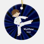 Muchacho azul de la correa del karate del adorno navideño redondo de cerámica
