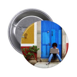 Muchacho azul de la puerta pins