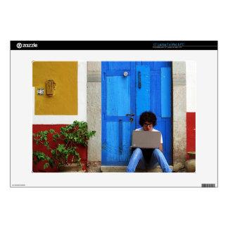 Muchacho azul de la puerta skins para portátil