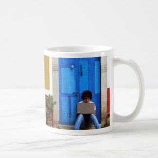 Muchacho azul de la puerta taza de café