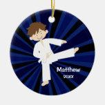 Muchacho blanco de la correa del karate del adorno navideño redondo de cerámica