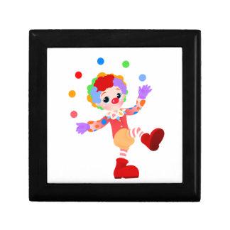 Muchacho colorido feliz del payaso que hace juegos cajas de recuerdo