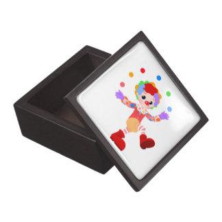 Muchacho colorido feliz del payaso que hace juegos caja de recuerdo de calidad