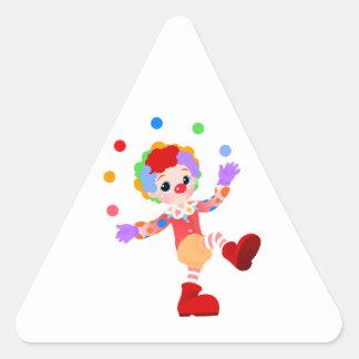 Muchacho colorido feliz del payaso que hace juegos calcomania de triangulo