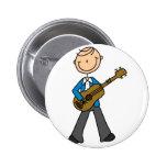 Muchacho con el botón de la guitarra pin