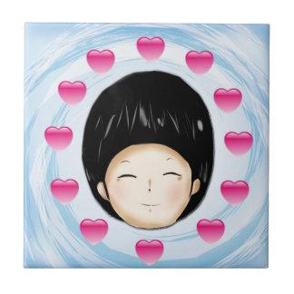 Muchacho con el corazón azulejo cuadrado pequeño