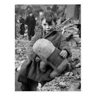 Muchacho con el peluche, 1945 postales