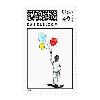 Muchacho con franqueo de los globos