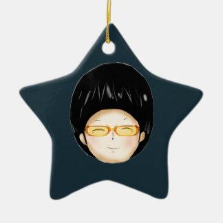 Muchacho con los sunglass adornos de navidad