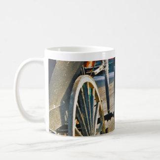 Muchacho de Amish/taza de la rueda de carro Taza