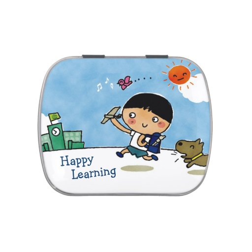 Muchacho de aprendizaje feliz que dirige a la escu latas de dulces