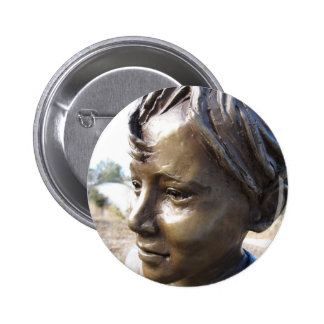 Muchacho de bronce pin