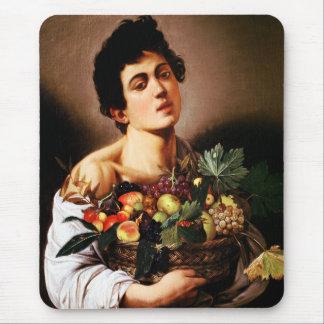 Muchacho de Caravaggio con una cesta de cojín de r Tapetes De Ratones