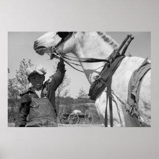 Muchacho de granja con el caballo de paleta, los a póster