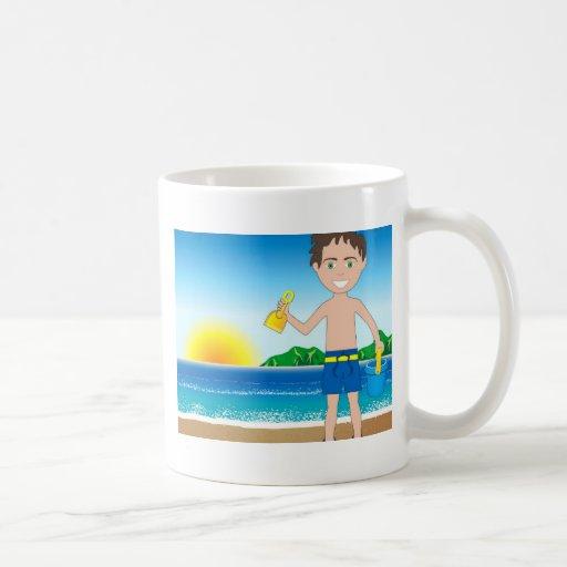 Muchacho de la arena de la playa tazas