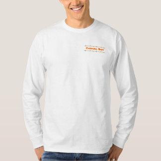 Muchacho de la cabaña con la camisa de manga larga