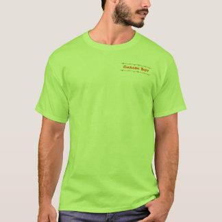 Muchacho de la cabaña con la camiseta de bambú