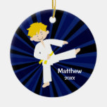 Muchacho de la correa del amarillo del karate del adorno navideño redondo de cerámica