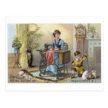 Muchacho de la máquina de coser del hogar con los postal