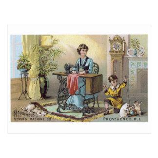 Muchacho de la máquina de coser del hogar con los  tarjetas postales
