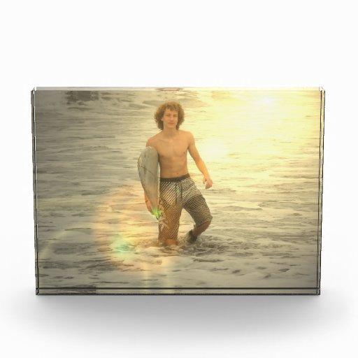 Muchacho de la persona que practica surf